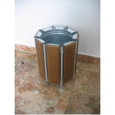 Odpadkový koš s dřevěným obložením